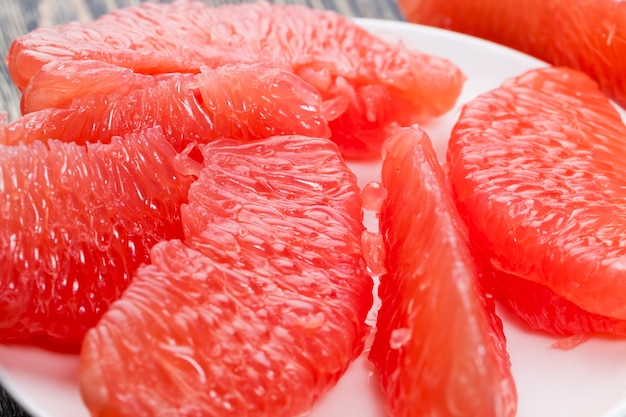 Frutas cítricas de alta qualidade durante o cozimento e outros tipos de pratos grapefruit vermelha closeup amargo e suculento
