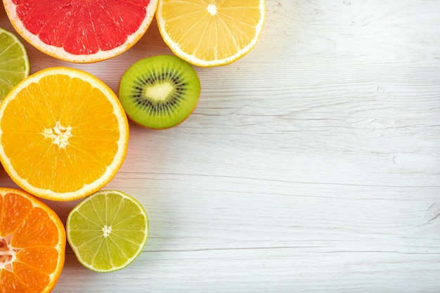 Frutas cítricas de vista superior, com espaço de cópia na superfície branca