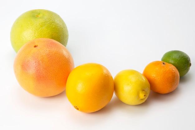Frutas cítricas diferentes no branco