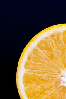 Frutas cítricas durante o cozimento e outros tipos de pratos, tangerina de laranja doce e suculenta, tangerina close-up
