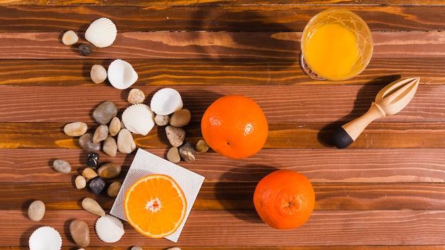 Frutas cítricas e espremedor na mesa