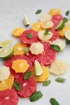 Frutas cítricas e folhas