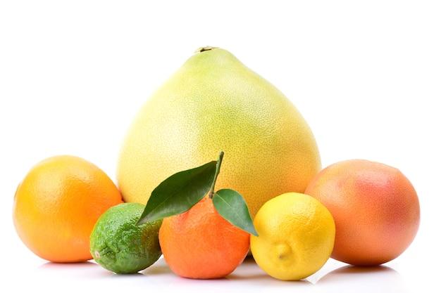 Frutas cítricas em um fundo branco
