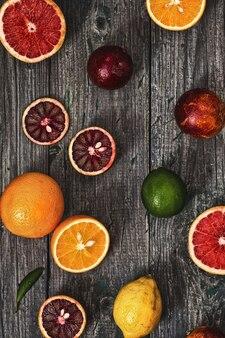 Frutas cítricas em um fundo cinza de madeira