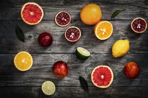 Frutas cítricas em uma mesa de madeira cinza