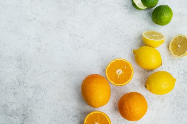 Frutas cítricas frescas na mesa da cozinha