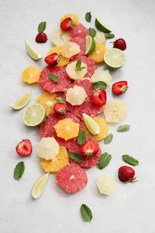 Frutas cítricas, frutas e folhas