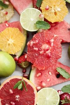 Frutas cítricas, frutas vermelhas, melancia e folhas