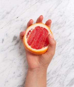 Frutas cítricas. laranja, limão, toranja, tangerina e limão em um fundo de pedra na moda