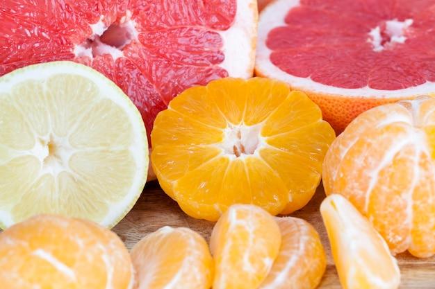 Frutas cítricas maduras descascadas e cortadas pela metade