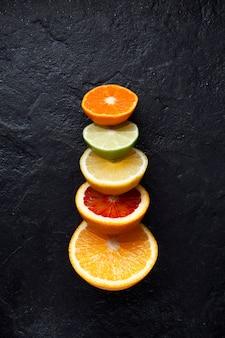 Frutas cítricas maduras frescas cortadas ao meio