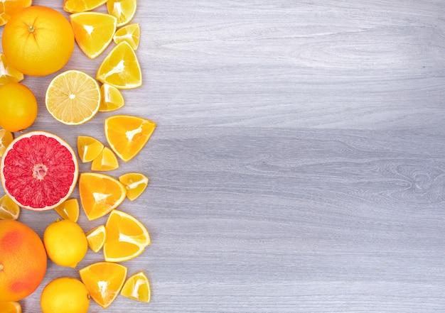 Frutas cítricas na vista superior da borda esquerda com espaço de cópia