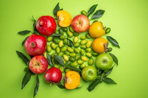 Frutas cítricas romãs maçãs vermelhas e verdes caquis