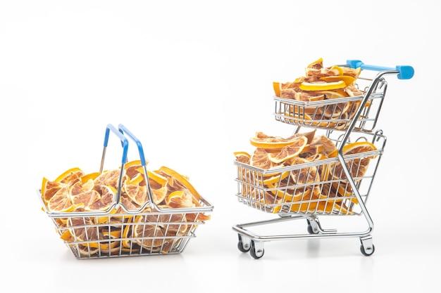 Frutas cítricas secas em uma cesta de mercado. alimentos vitamínicos