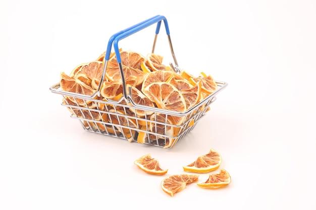 Frutas cítricas secas em uma cesta de mercado em um fundo branco. alimentos vitamínicos