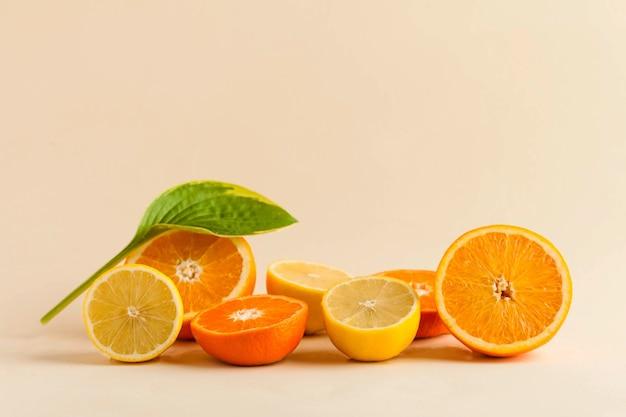 Frutas cítricas suculentas em bege