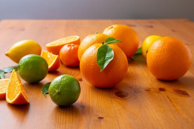 Frutas cítricas tropicais em pé na mesa de madeira