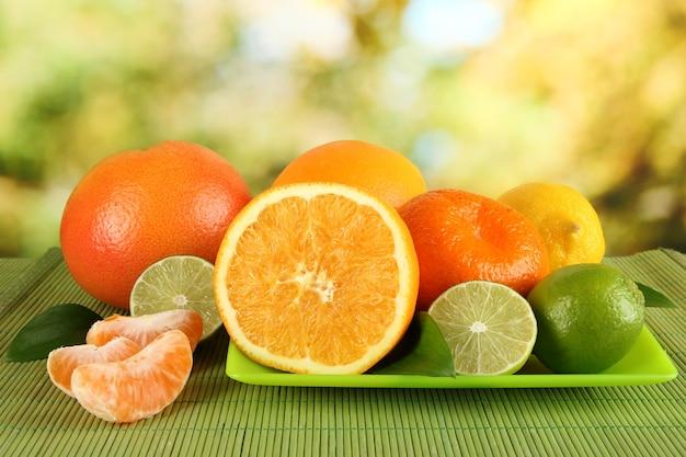 Frutas com folhas na mesa no fundo brilhante