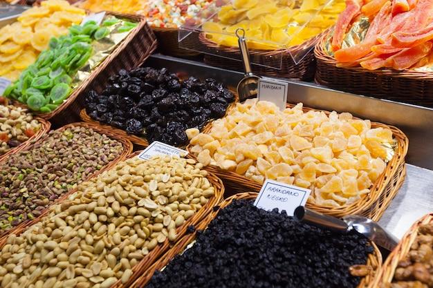 Frutas confitadas e amendoins no balcão