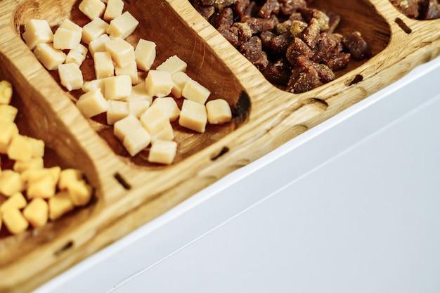 Frutas cristalizadas e frutos secos em uma placa de madeira. copyspace