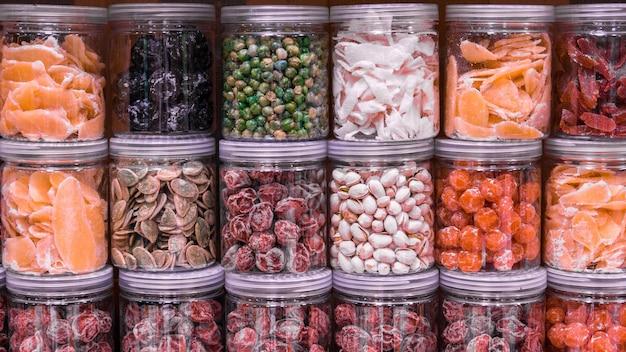 Frutas cristalizadas e outros doces tradicionais e populares Foto Premium