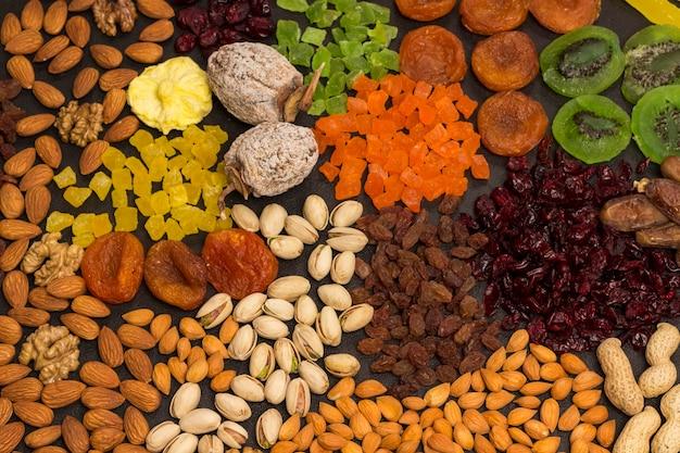 Frutas cristalizadas, frutas secas nozes, lanche vegano, fonte natural de energia. comida vegetariana de dieta saudável.