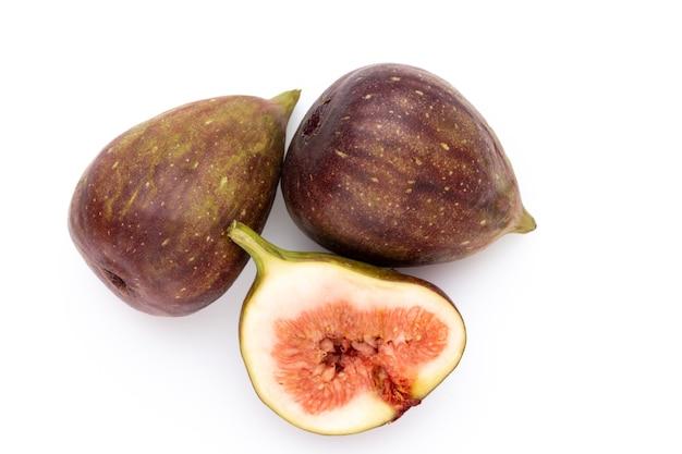 Frutas de figo isoladas na superfície branca. vista do topo. padrão de camada plana