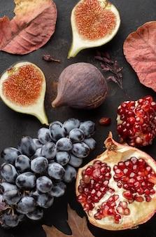 Frutas de outono de uvas e romã