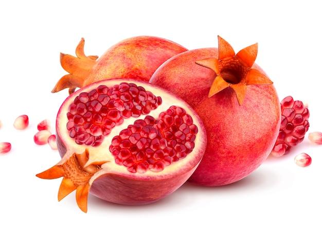 Frutas de romã isoladas no branco