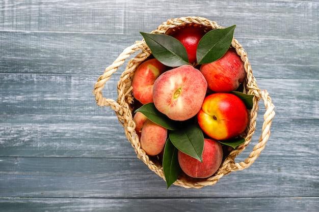 Frutas de verão: pêssegos de figo, nectarina e pêssegos, vista superior
