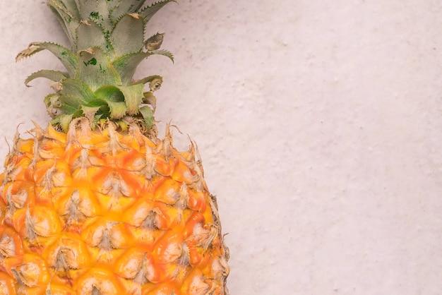 Frutas de verão tropicais e sazonais. abacaxi closeup com fundos de espaço em branco