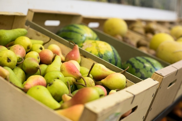 Frutas deliciosas de alto ângulo no mercado