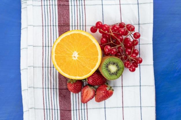 Frutas deliciosas e doces na toalha de mesa