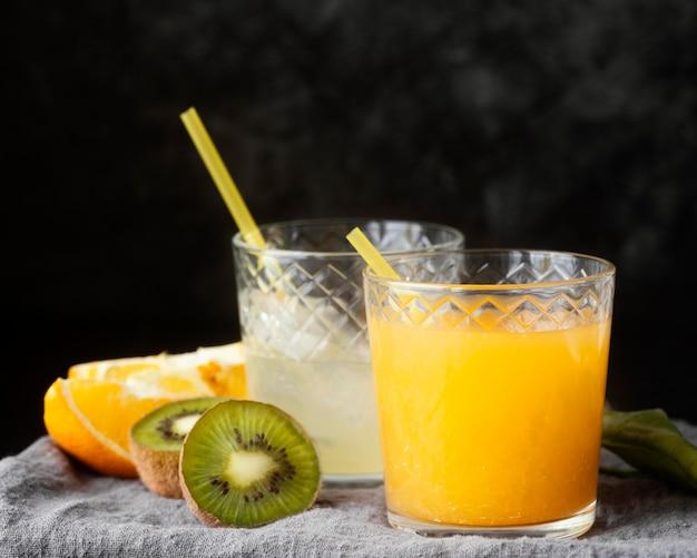 Frutas deliciosas e suco de laranja