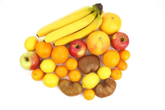 Frutas diferentes isoladas em branco