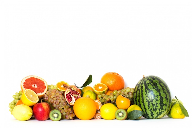 Frutas diferentes isoladas no fundo branco.