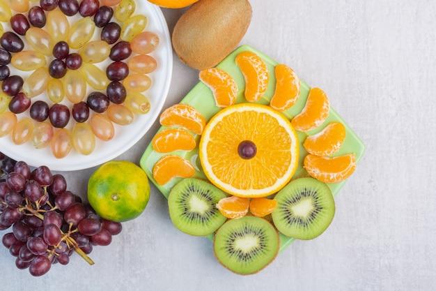 Frutas diferentes no prato, na mistura.