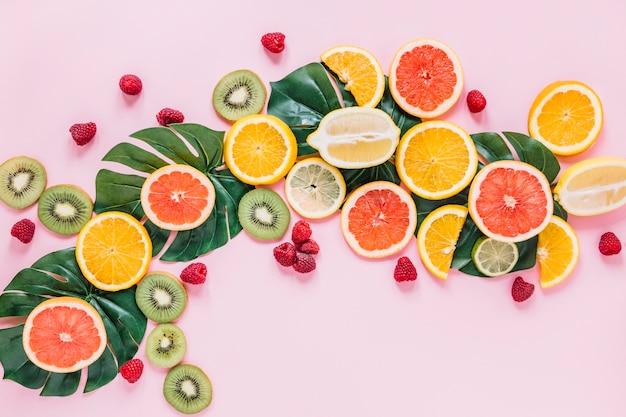 Frutas e bagas em folhas