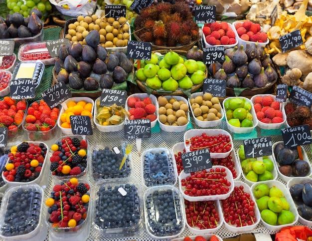 Frutas e bagas exóticas em balcão