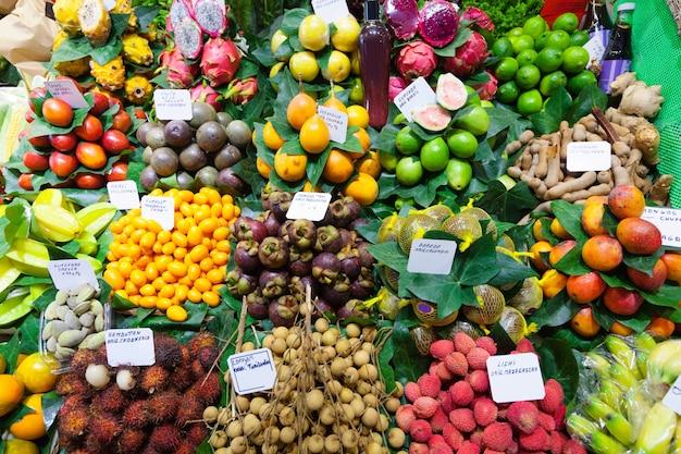 Frutas e bagas exóticas no balcão