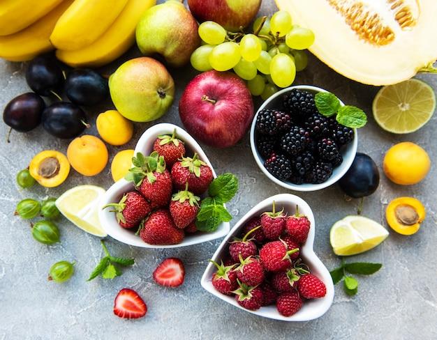 Frutas e bagas frescas no verão