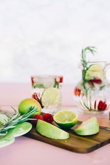Frutas e bagas na tábua de madeira