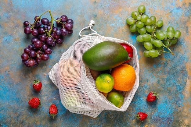 Frutas e bagas orgânicas frescas variadas.