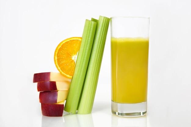Frutas e bebidas ficam em um fundo branco