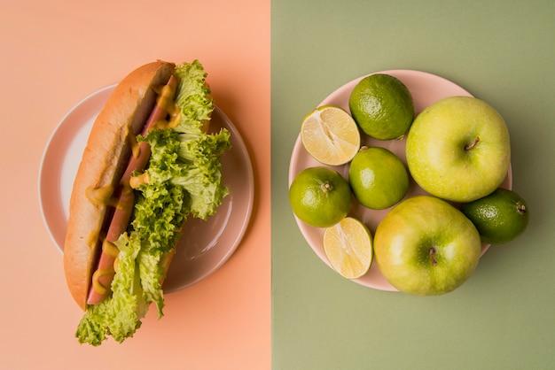Frutas e cachorro-quente de vista superior