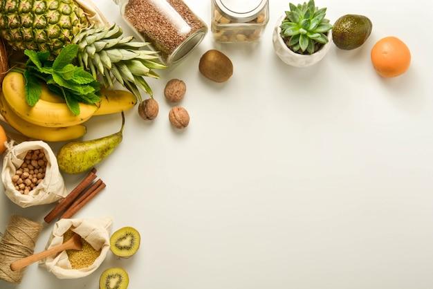 Frutas e cereais em sacos têxteis