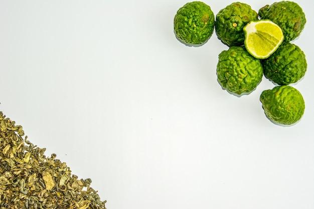 Frutas e chá de bergamota. citrus bergamia, a bergamota laranja é um perfume cítrico com uma cor amarela ou verde semelhante a um limão.