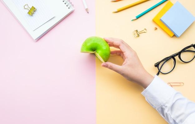 Frutas e conceitos saudáveis com trabalhador segurando a maçã verde