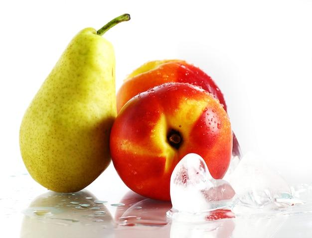 Frutas e gelo frescos e molhados