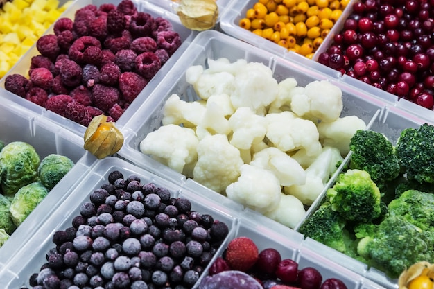 Frutas e legumes congelados na vitrine